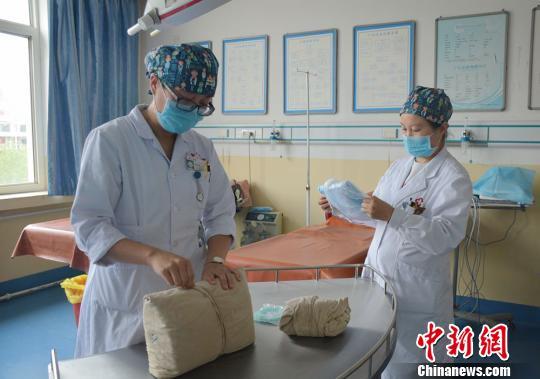 资料图:护士正在工作。 郭红 摄