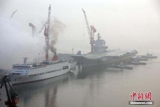 资料图:中国首艘国产航母从大连造船厂码头启航,赴相关海域执行海上试验任务,主要检测验证动力系统等设备的可靠性和稳定性。 <a target='_blank' href='http://www.chinanews.com/'>中新社</a>记者 杨毅 摄