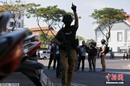 据此前媒体报道,当地时间13日早上7时30分起,印度尼西亚第二大城泗水3座教堂接连遭自杀炸弹攻击,造成11人死亡、40多人受伤。印度尼西亚警方表示,这波袭击是由一个六口之家发动,其中包括未成年的子女。