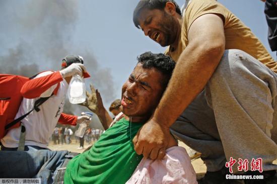报道称,随着巴勒斯坦人抗议新使馆的开馆,在加沙地带边界的5个地点爆发了暴力冲突。加沙卫生部门的最新数据显示,12名巴勒斯坦人在冲突中死亡,另外还有数百人受伤。