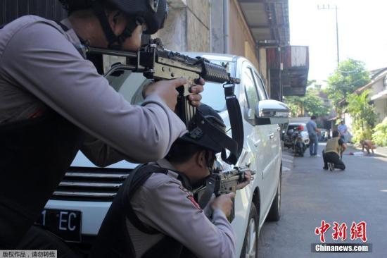 当地时间5月14日上午,印尼第二大城市泗水的警察总部发生一起汽车炸弹袭击事件,警方人士表示,袭击已造成1人死亡,10人受伤。这是泗水市两天内发生的第四起爆炸事件。