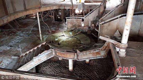 """2018年5月13日消息,""""世越""""号船体调查委员会计划到6月10日完成船舱安检工作,之后开展搜寻失踪者和精密调查工作。图为""""世越""""号被扶正后对外公开的船舱内部。 图片来源:视觉中国"""