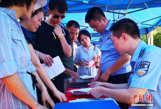 资料图:民警提供落户咨询和业务办理服务。中新社记者 尹海明 摄