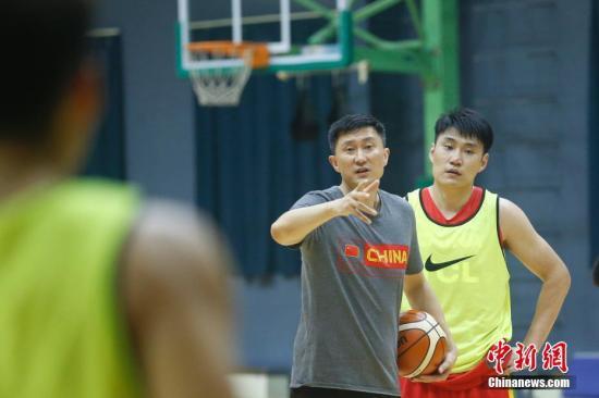 资料图:中国男篮蓝队主教练杜锋(右二)在训练中指导球员。当日,中国男篮集训队蓝队在北京举行公开训练课。<a target='_blank' href='http://vyif.cn/'>中新社</a>记者 韩海丹 摄