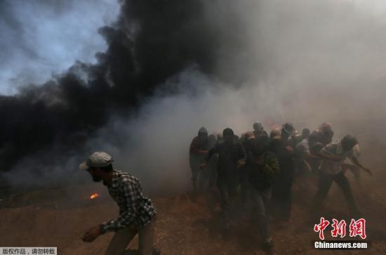 数万名巴勒斯坦人14日在加沙地带与以色列交界地区举行抗议示威并与以军发生冲突。一些示威者焚烧轮胎,现场升起滚滚浓烟。示威人群还向以军方面投掷石块。驻守边境的以色列士兵发射催泪瓦斯并实弹射击。