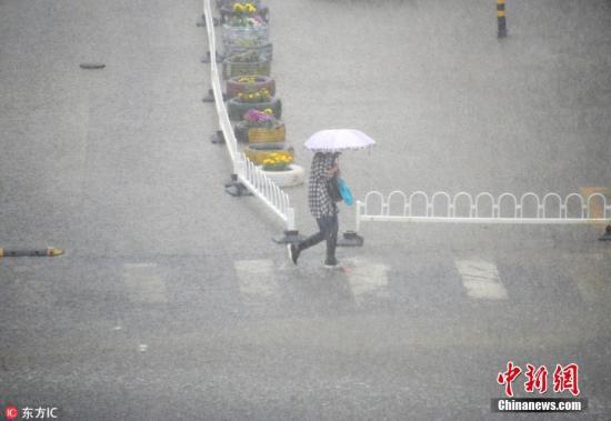 资料图:民众在雨中出行。樊甲山 摄 图片来源:东方IC 版权作品 请勿转载