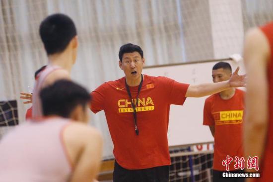 资料图:中国男篮主教练李楠在训练中指导球员。中新社记者 韩海丹 摄