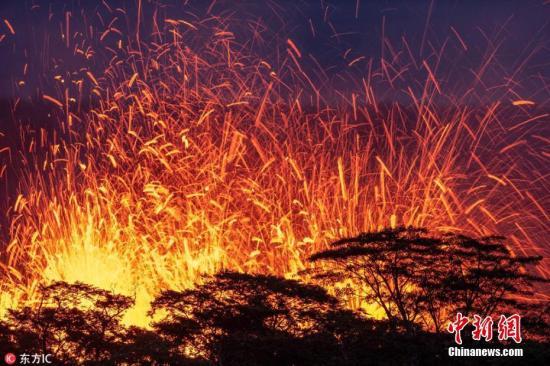 当地时间2018年5月14日,英国摄影师Joseph Anthony深入夏威夷火山喷发禁区,拍摄下基拉韦厄火山第17处新裂口喷发画面。图片来源:东方IC 版权作品 请勿转载