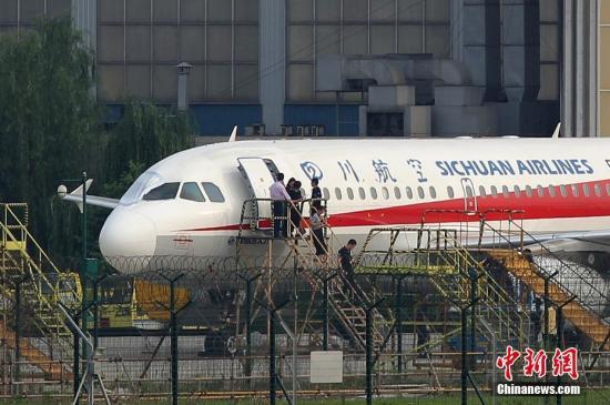 &#10;川航3U8633驾驶舱玻璃碎裂迫降,地面人员检查客机。 <a target='_blank' href='http://www.chinanews.com/'>中新社</a>发 汪龙华 摄