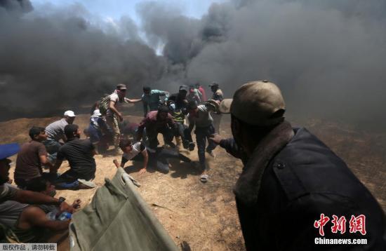 """随着本月14日美国驻以色列大使馆从特拉维夫正式迁至耶路撒冷以及15日巴勒斯坦""""灾难日""""70周年纪念日临近,巴以地区面临冲突升级风险。图为抗议的巴勒斯坦民众躲避催泪弹。"""