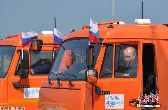 普京驾驶卡车。