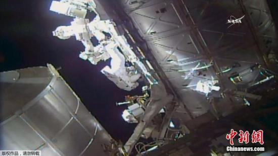 当地时间5月16日,国际空间站上两名宇航员出舱太空行走,更换检查两个外置冷却箱。(视频截图)
