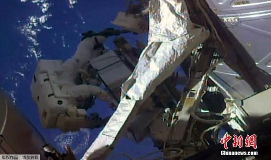 资料图:国际空间站两名宇航员出舱太空行走。