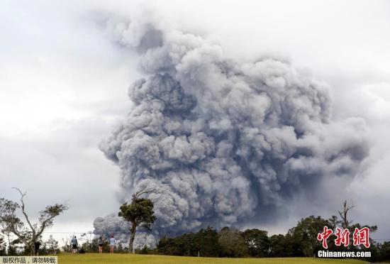 当地时间5月15日,美国夏威夷基拉韦厄火山不断喷发,现场浓烟滚滚直冲云霄。