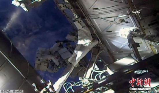 5月16日,国际空间站上两名宇航员执行太空行走任务。(视频截图)