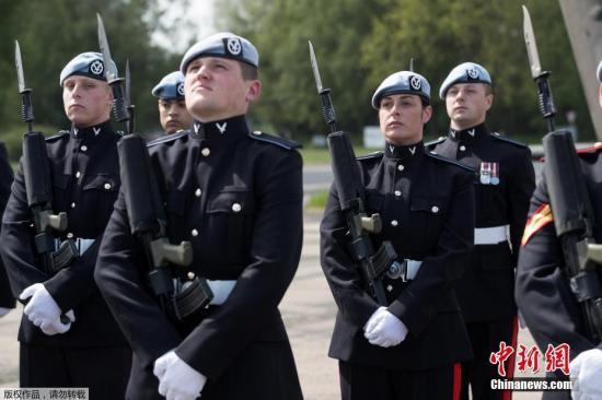 当地时间5月15日,英国皇家空军第三军团在萨福克郡瓦迪谢姆军事基地参加集训,为哈里王子大婚做准备。