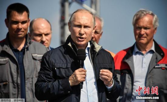 据俄罗斯卫星网报道,当地时间5月15日,俄罗斯总统普京出席了跨刻赤海峡大桥公路部分通车仪式,驾车驶过大桥。