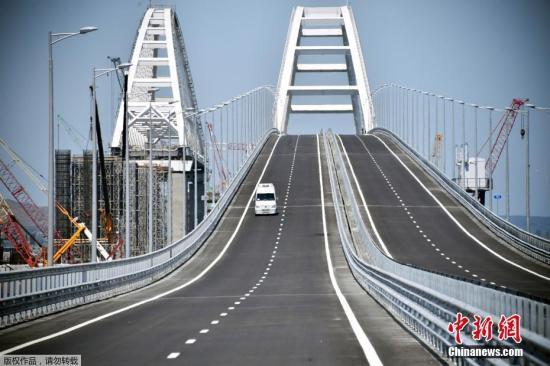 据俄罗斯卫星网报道当地时间5月15日俄罗斯总统普京出席跨刻赤海峡大桥公路部分通车仪式驾车驶过大桥这座大桥连接克里米亚和克拉斯诺达尔边疆区普京驾驶辆卡玛斯卡车率领着由30辆卡车组成车队驶过大桥大桥将于5月16日开放汽车通行连接克里米亚和克拉斯诺达尔边疆区跨刻赤海峡大桥将俄罗斯最长桥长度达19公里起初计划于2018年12月开始桥上汽车通行但建设者们表示他们正往前赶并计划于5月份开放汽车通行