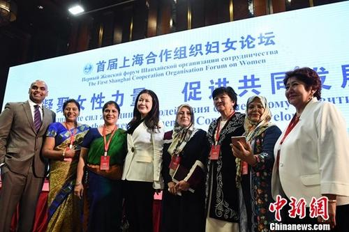 """5月16日,由中华全国妇女联合会举办的首届上海合作组织妇女论坛在北京开幕。论坛以""""凝聚女性力量 促进共同发展""""为主题,包括上合组织成员国、观察员国、对话伙伴的政要、妇女机构和组织负责人及上合组织国家驻华使馆、上合组织秘书处、联合国机构代表等200余人出席论坛。图为论坛嘉宾在开幕式后合影。中新社记者 崔楠 摄"""