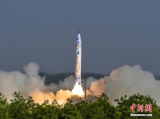 """5月17日,重庆零壹空间航天科技有限公司自主研发的""""重庆两江之星""""OS-X火箭在中国西北某基地成功点火升空。这标志着中国首枚民营自研商业亚轨道火箭首飞成功,为接下来的民营自研商业火箭发射卫星奠定坚实基础。据悉,""""重庆两江之星""""号火箭于5月17日7时33分点火,7时38分落入预定区域。据地面监测,其飞行轨迹在天空中划出一道优美弧线。万难 摄"""