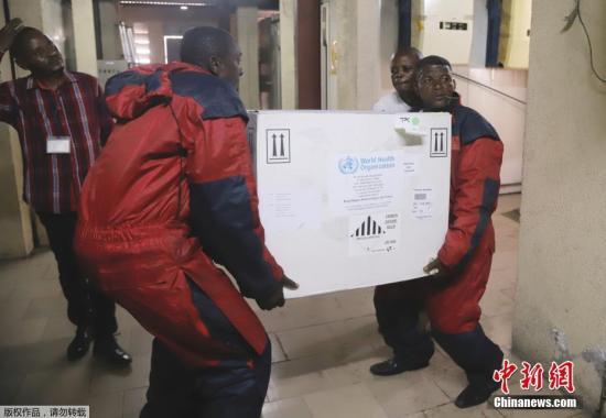 当地时间2018年5月16日,一种新型埃博拉疫苗运抵刚果(金)首都金沙萨。据法国《费加罗报》5月14日报道,刚果民主共和国西北部赤道省近日再次爆发埃博拉疫情,已造成18人死亡,世卫组织计划于本周末在刚果(金)西北部地区使用该试验性埃博拉疫苗。