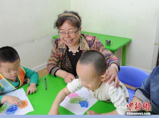 世界自闭症日:中国专家强调对孤独症患者的救助是社会问题