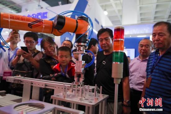 5月17日,第二十一届中国北京国际科技产业博览会在中国国际展览中心开幕。本届科博会有1600多家科技企业参展。联合国工业发展组织、加拿大、法国、德国、美国等14个国家和地区的17个代表团出席科博会各类活动。图为某展台的高精度人工协作机器人引起围观。<a target='_blank' href='http://www.chinanews.com/'>中新社</a>记者 贾天勇 摄