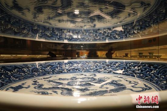 """5月18日,国际博物馆日当天,""""明代正统、景泰、天顺御窑瓷器展""""在北京故宫博物院开幕。这是故宫博物院与景德镇联合举办的又一个大型专题瓷器展,也是国内外首次举办以明代正统、景泰、天顺三朝御窑瓷器为主题的展览。该展览共展出215件(组)瓷器,其中景德镇御窑遗址出土的瓷器修复品共计138件(组),其中包括首次公开展出的2014年景德镇御窑遗址珠山北麓出土的100件(组),旨在将最新考古成果和学术前沿展示给公众。<a target='_blank' href='http://www.chinanews.com/'>中新社</a>记者 杜洋 摄"""