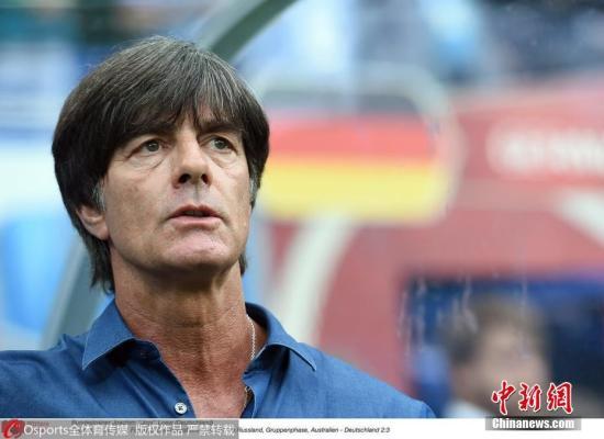 """德国足协5月15日宣布,与男足国家队主教练勒夫续约两年,这意味着后者将率领德国队征战2022年卡塔尔世界杯,届时他将执教德国队达16年。同时,德国足协与国家队助教施奈德和守门员教练科普克续约至2022年,与领队比埃尔霍夫续约至2024年。勒夫对德国足协和足协主席格林德尔均表示了感谢。格林德尔则说,虽然勒夫已经率领德国队获得了2014年世界杯冠军,但他相信勒夫渴望更多的成功。""""对我来说,勒夫是国家队最好的教练。""""他说。(资料图) 图片来源:Osports全体育图片社 版权作品 严禁转载"""