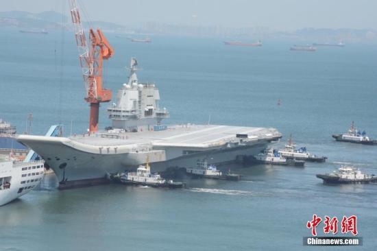 5月18日,中国第二艘航母完成首次出海试验返抵大连造船厂码头。这次试验从5月13日开始,中国第二艘航母赴相关海域执行海上试验任务,主要检测验证动力系统等设备的可靠性和稳定性。经过5天的连续奋战,航母多项设备得到了进一步测试,达到了预期目的。<a target='_blank' href='http://www.chinanews.com/'>中新社</a>记者 杨毅 摄
