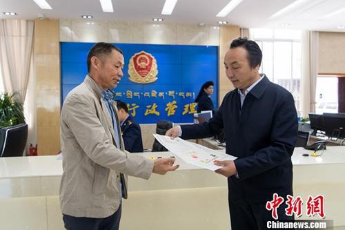 资料图:颁发营业执照。中新社记者 何蓬磊 摄