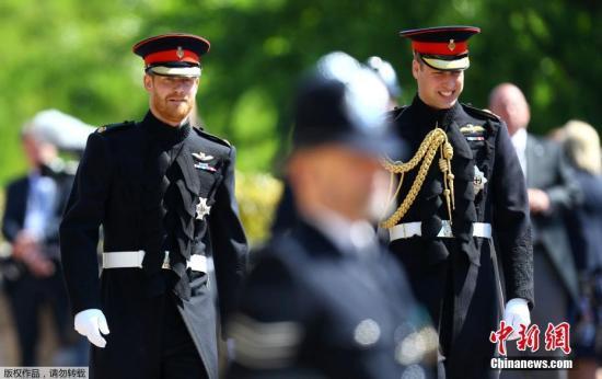 当地时间5月19日,英国哈里王子与美国女星梅根・马克尔在英国温莎城堡举办婚礼。当天中午,新郎哈里王子与伴郎威廉王子出现在温莎城堡前,两人穿上了军礼服。