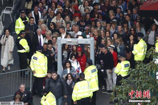 当地时间5月19日,前往观看哈里王子婚礼的民众陆续通过安检门。