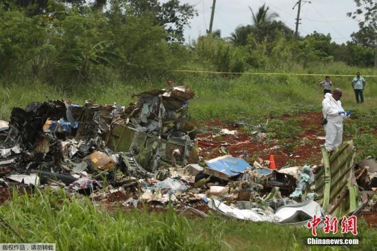 当地时间5月18日中午,古巴航空一架波音737-200型客机客机从哈瓦那何塞・马蒂国际机场起飞不久后坠毁在机场附近的农田。机上载有104名乘客以及数名机组人员。据最新报道,此次空难造成超过100人死亡,3名生还者伤势严重。这架客机系古巴航空从墨西哥租借,事发时天阴有雨,事故原因正在调查中。据当地医院透露,有4人被送往医院,其中有1人死亡,其余3名幸存者均为女性,且病情严重。古巴国营电视台报道,客机起飞后不久,就急速向右转,然后坠毁;事发当时据报天阴有雨。总统称已设立特别委员会调查这一意外原因。进一步消息指出,客机在飞离跑道一段距离之后,就坠毁在机场旁边的博耶罗斯区一条公路和一所高中附近。有...