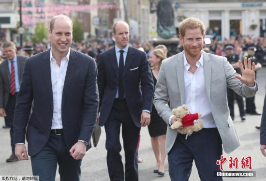当地时间5月19日,婚礼之前,哈里王子和威廉王子来到温莎城堡外,同民众见面。当天晚些时候,哈里王子的婚礼就将举行。