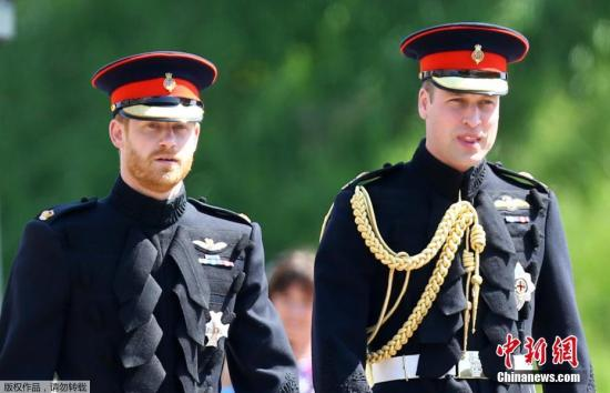 ��地�r�g5月19日,英��哈里王子�c美��女星梅根・�R克��在英���厣�城堡�e�k婚�Y。��天中午,新郎哈里王子�c伴郎威廉王子出�F在�厣�城堡前,�扇舜┥狭塑��Y服。