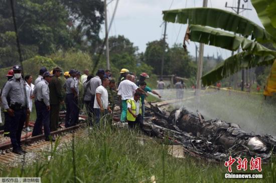 当地时间5月18日中午,古巴航空一架波音737-200型客机客机从哈瓦那何塞·马蒂国际机场起飞不久后坠毁在机场附近的农田。机上载有104名乘客以及数名机组人员。据最新报道,此次空难造成超过100人死亡,3名生还者伤势严重。这架客机系古巴航空从墨西哥租借,事发时天阴有雨,事故原因正在调查中。据当地医院透露,有4人被送往医院,其中有1人死亡,其余3名幸存者均为女性,且病情严重。古巴国营电视台报道,客机起飞后不久,就急速向右转,然后坠毁;事发当时据报天阴有雨。总统称已设立特别委员会调查这一意外原因。进一步消息指出,客机在飞离跑道一段距离之后,就坠毁在机场旁边的博耶罗斯区一条公路和一所高中附近。有...
