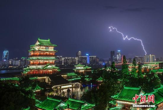 5月18日晚,江西省会南昌突降暴雨,城市夜空电闪雷鸣。长长的闪电不时划过天空,场景十分震撼。万闰宝 摄