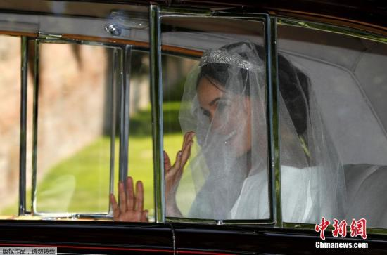 当地时间5月19日,英国哈里王子与美国女星梅根・马克尔在英国温莎城堡举办婚礼。新娘梅根・马克尔身着婚纱,与母亲乘坐一辆古典的劳斯莱斯Phantom,从酒店前往温莎城堡。