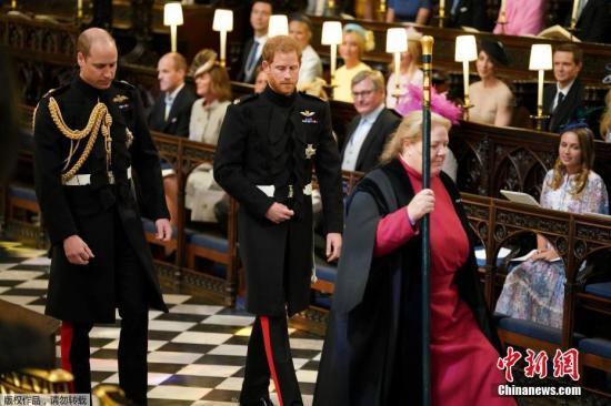 当地时间5月19日,英国哈里王子与美国女星梅根·马克尔在英国温莎城堡举办婚礼。图为新郎哈里王子与伴郎威廉王子走入教堂。