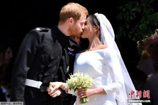 当地时间5月19日,英国哈里王子与美国女星梅根·马克尔在英国温莎城堡举办婚礼。图为新人接吻瞬间。
