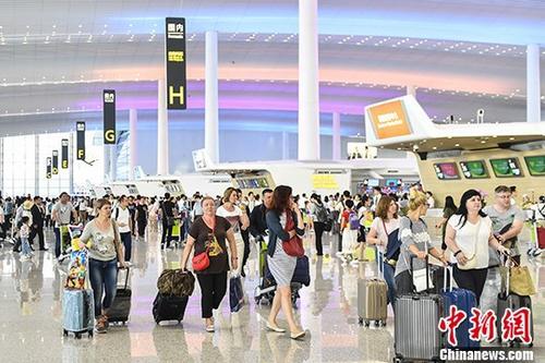 资料图:旅客在机场航站楼。 <a target='_blank' href='http://www-chinanews-com.bapv.net/'>中新社</a>记者 陈骥�F 摄