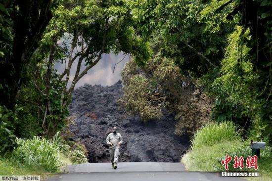 当地时间2018年5月20日,美国夏威夷基拉韦厄火山一些裂缝岩浆喷发加剧,火山灰最高高度达到100米左右,造成一人受重伤。