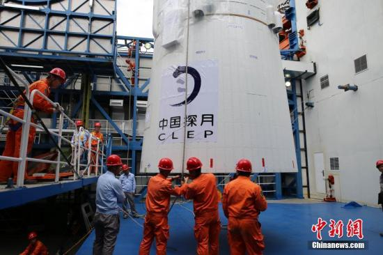 图为卫星发射前,西昌卫星发射中心进行卫星吊装。中新社发 刘旭 摄