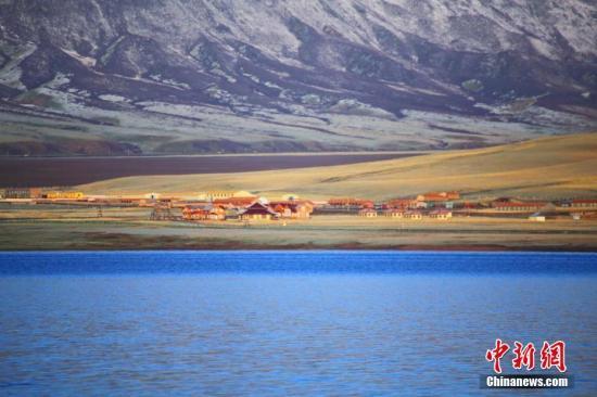 资料图:地处祁连山下的山丹马场加大了对生态环境的保护力度,鸾鸟湖成了鸟类的天堂。王超 摄