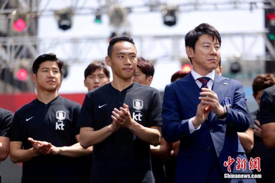5月21日,韩国男足在主教练申台龙(右一)率领下在首尔市厅广场举行2018俄罗斯世界杯出征仪式。中新社发 韩国足协供图