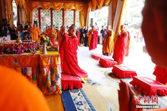 5月22日,中国佛教协会在北京灵光寺举办2018年佛诞节庆祝活动。中国佛教协会会长学诚等分别与汉传佛教、南传佛教、藏传佛教界代表共同主法,诵经礼佛。随后的浴佛仪式上,包括与会嘉宾、信众在内的千余人有序地以净水灌沐释迦太子像。图为学诚法师礼佛。 中新社记者 富田 摄