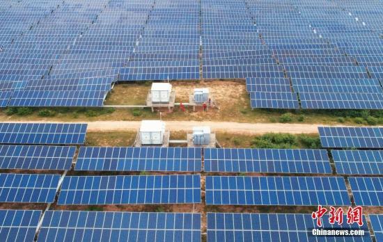 资料图:无人机拍摄的江西泰和县展宇光伏发电站。 邓和平 摄