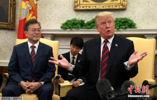 资料图片:韩国总统文在寅与美国总统特朗普。