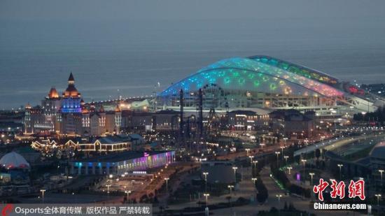 """菲什特奥林匹克体育场,位于索契奥林匹克公园中心,旁边有奥运场馆沿海集群的波尔肖冰宫、夏伊巴冰球中心、""""冰立方""""冰壶中心、 """"冰山""""滑冰中心和阿德列尔竞技场。"""